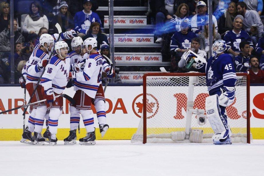Les joueurs des Rangers célèbrent le but de... (PHOTO MARK BLINCH, PC)