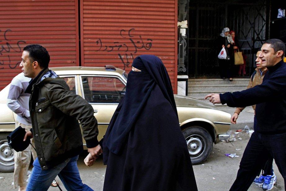 Des policiers en civil arrêtent une femme soutenant... (Photo Ahmed Abd El Latif, AP)