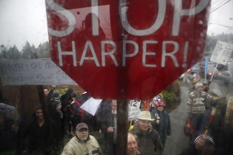 La foule, qui scandait «Harper doit partir!», a... (Photo: PC)