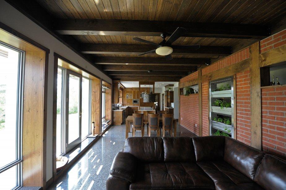 La maison Kénogami, à Saguenay, vient de remporter un des prix attribués par le magazine américain Green Builder aux Maisons Vertes de l'année 2013. (PHOTO GIMMY DESBIENS, LE QUOTIDIEN)