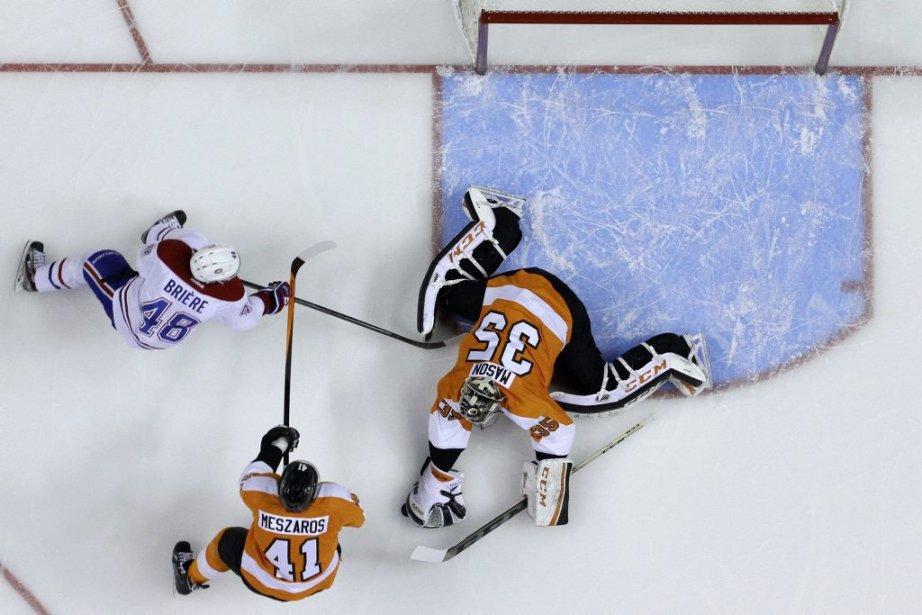 L'ancien des Flyers Daniel Brière tente de déjouer Steve Mason, qui s'est montré en grande mercredi soir. (AP)