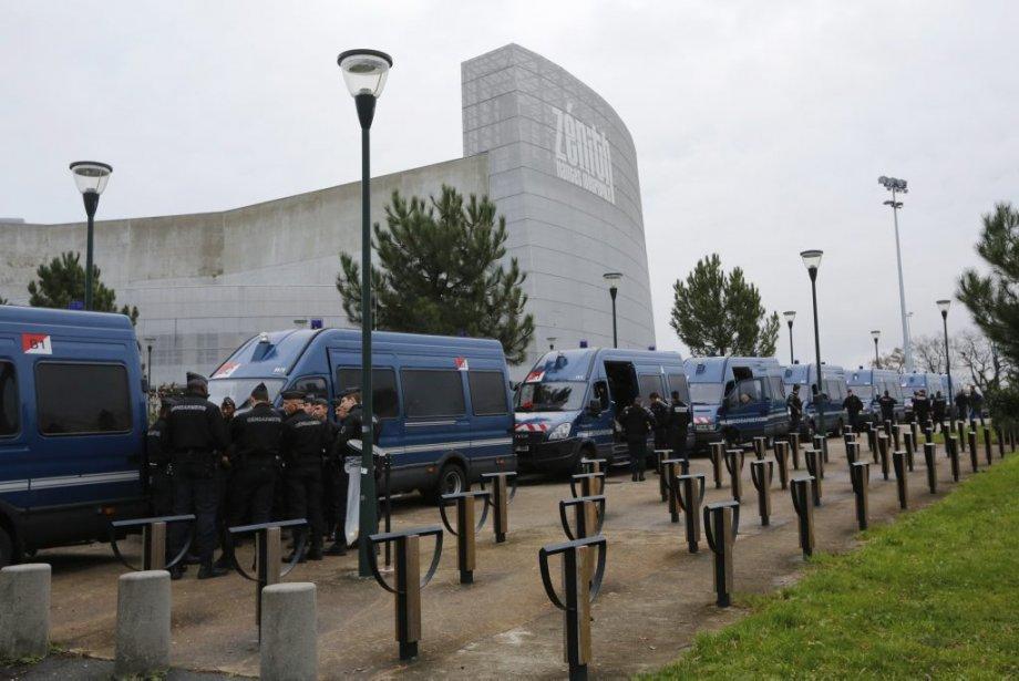 Plusieurs voitures de la gendarmerie étaient garées devant le Zénith. (Photo: Reuters)