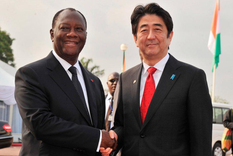 Le premier ministre japonais Shinzo Abe, à droite,... (PHOTO ISSOUF SANOGO, AFP)