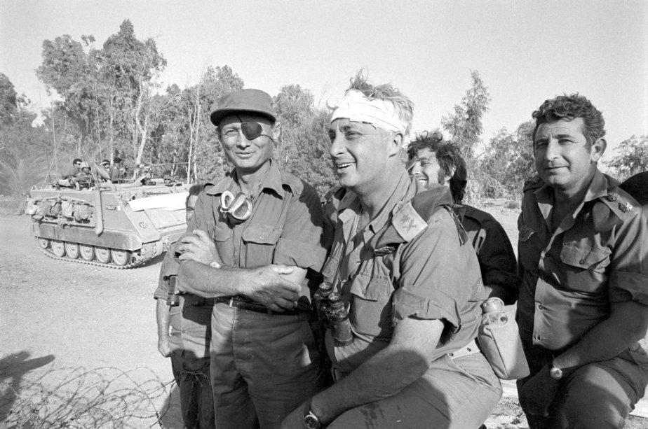 Ariel Sharon (au centre) du côté ouest du canal de Suez lors de la guerre du Kippour en octobre 1973. (PHOTO FOURNIE PAR L'ARMÉE ISRAÉLIENNE/AFP)