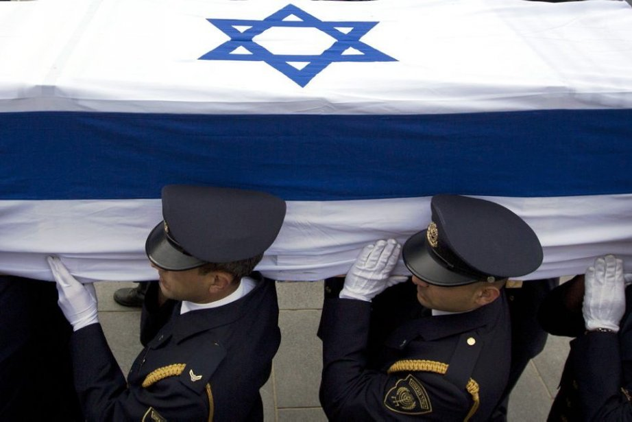 Des gardes d'honneur ont installé le cercueil d'Ariel... (PHOTO SEBASTIAN SCHEINER, AP)