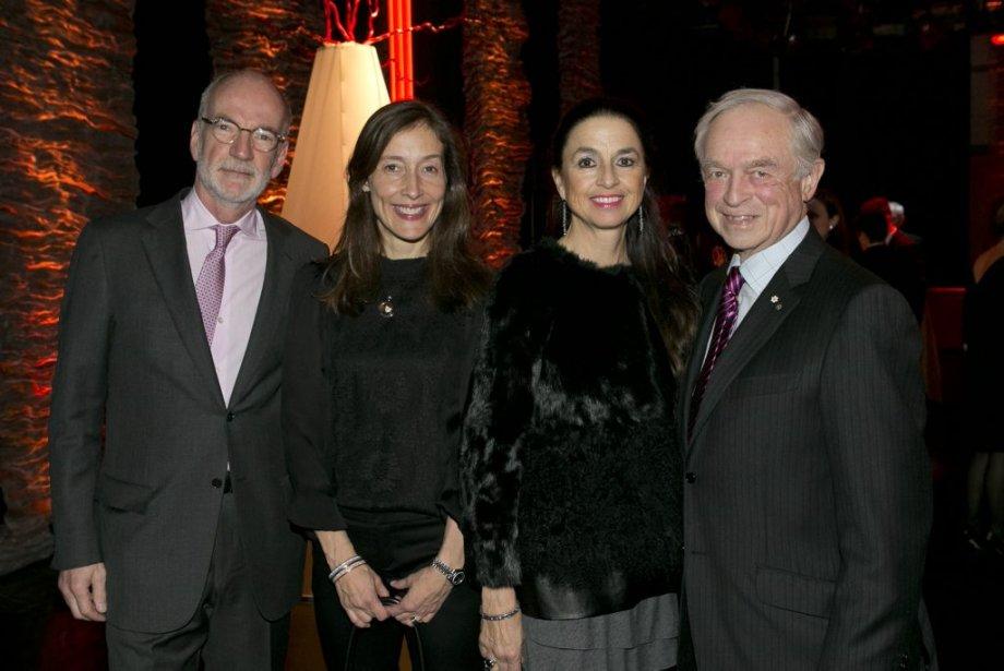 Hubert T. Lacroix, président-directeur général de CBC/Radio-Canada, et sa conjointe,  France Margaret Bélanger, ainsi que Raymond Royer, membre du conseil d'administration de Gesca, et sa conjointe, France Denis (à sa droite). (Hugo-Sébastien Aubert, La Presse)