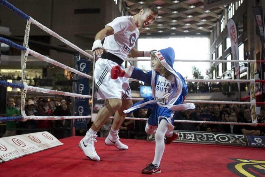 Lucian Bute évite la droite d'un jeune admirateur. (Photo Robert Skinner, La Presse)