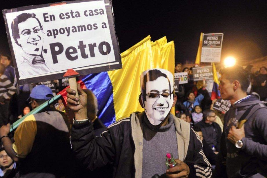 Un partisan du maire déchu Gustavo Petro brandit... (Photo Carlos Julio Martinez, AP)