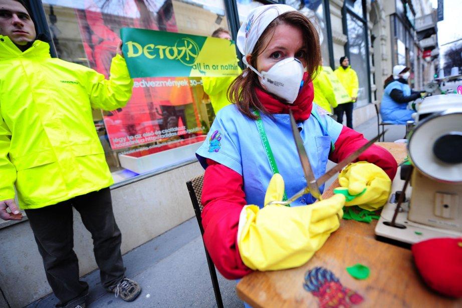 Des activistes de Greenpeace dénoncent la présence de... (PHOTO ATTILA KISBENEDEK, AFP)