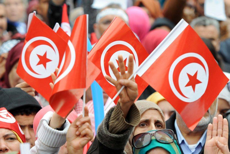 Quelques milliers de personnes, partisans des islamistes d'Ennahda... (PHOTO FETHI BELAID, AFP)