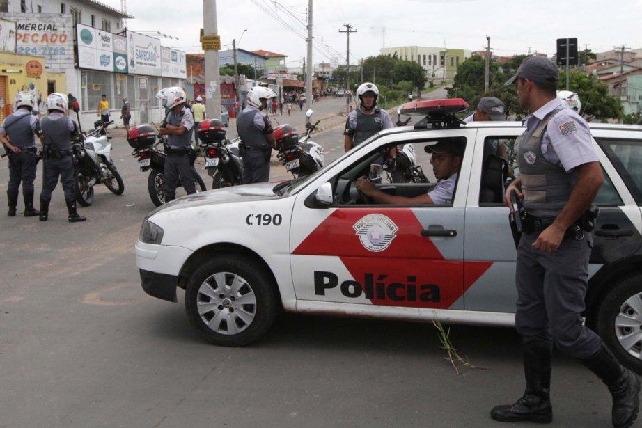 La police intervient peu après que des bus... (Photo Denny Cesare, AFP)