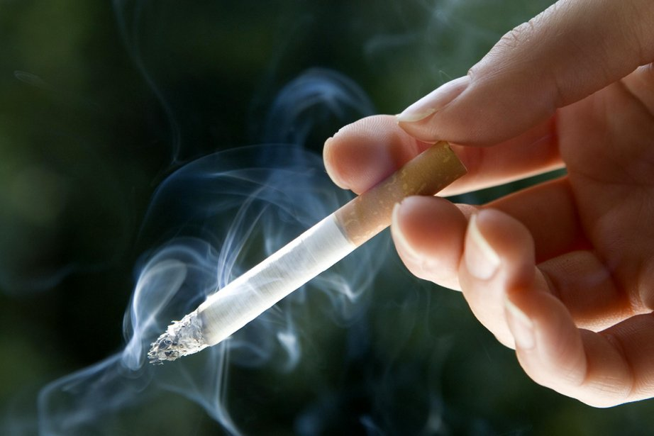 Chaque fumeur qui a écrasé grâce aux politiques... (Photo Carl Court, Archives Bloomberg)