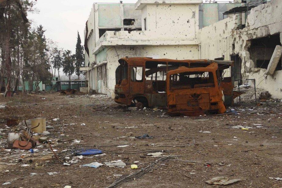 La carcasse d'un autobus ayant explosé en Syrie.... (Photo REUTERS)