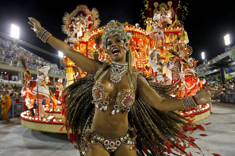 Une danseuse de l'école de samba «Salgueiro» au... (Photo Victor R. Caivano, AP)