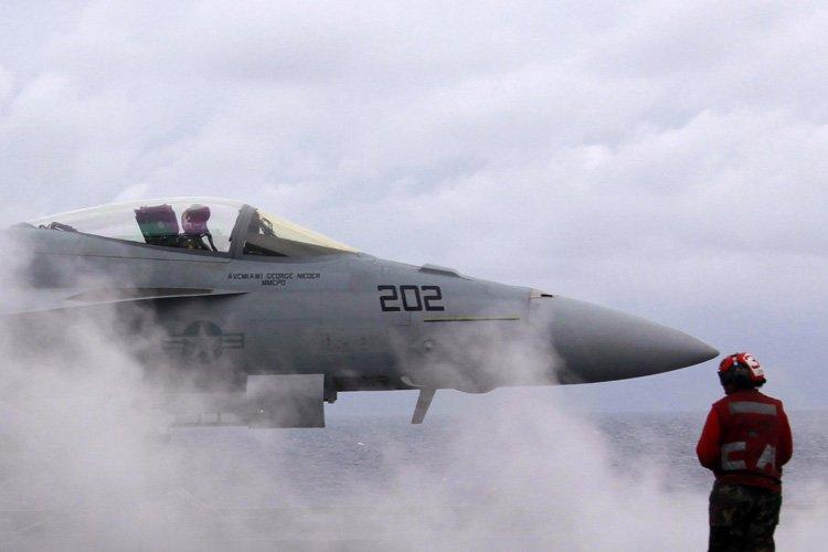 Un chasseur F-18 de la Marine américaine s'est abîmé en mer... (Photo: Reuters)