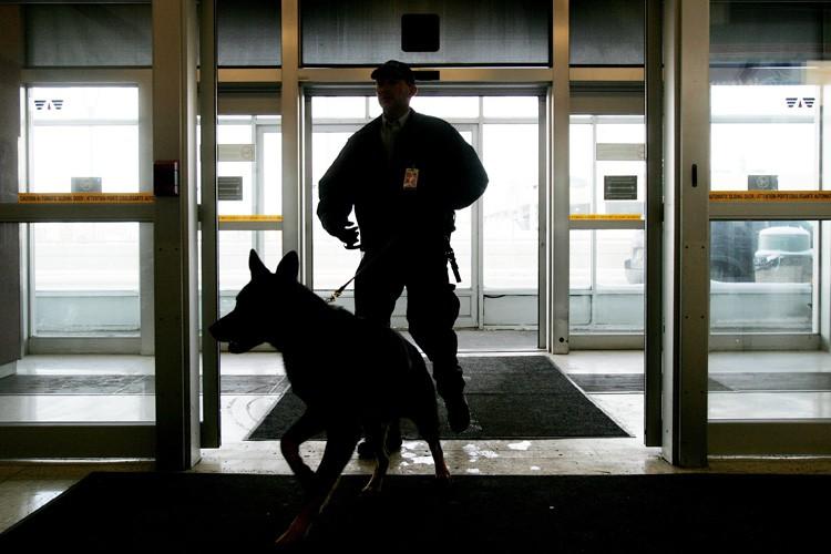 Un maître-chien à l'aéroport d'Edmonton.... (Archives PC)