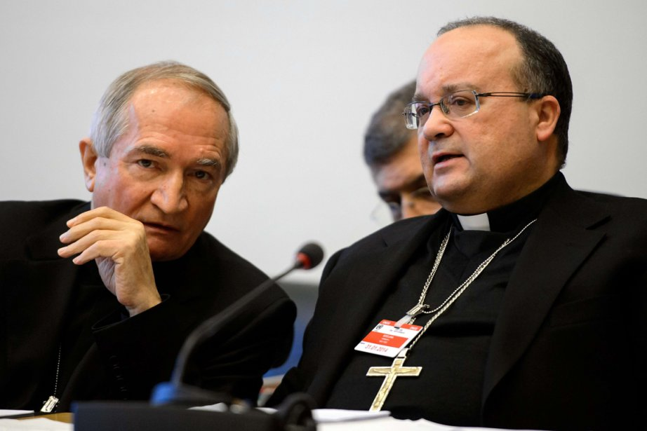 Mgr Tomasi (à gauche) et Mgr Charles Scicluna... (PHOTO FABRICE COFFRINI, AFP)