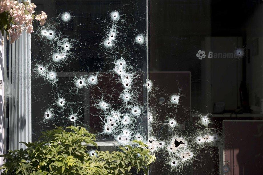 La fenêtre criblée de balles d'une succursale bancaire d'Apatzingan après une fusillade ()