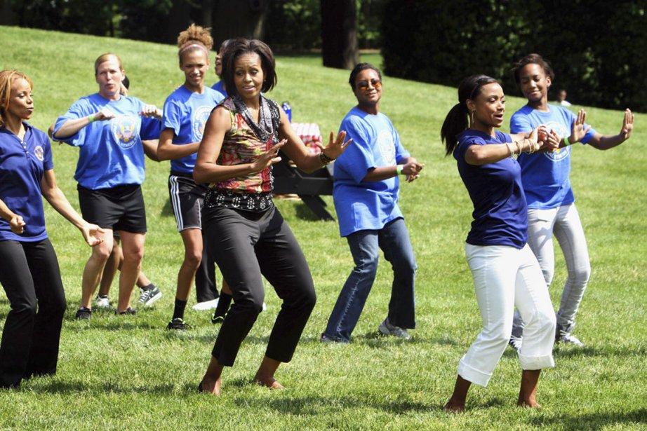 «Let's Move»: la campagne de la première dame n'a pas seulement comme objectif de combattre l'obésité chez les enfants. Elle s'adresse aussi aux familles militaires, dont le mieux-être passe en partie par l'activité physique selon elle. C'est le message qu'elle veut lancer le 9 mai 2011 avec la gymnaste olympique Dominique Dawes et plusieurs autres sur la pelouse sud de la Maison-Blanche. (PHOTO CHRIS KLEPONIS, AFP)