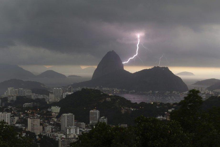 La statue du Christ aux bras ouverts qui surplombe Rio de Janeiro,... (Photo AP)