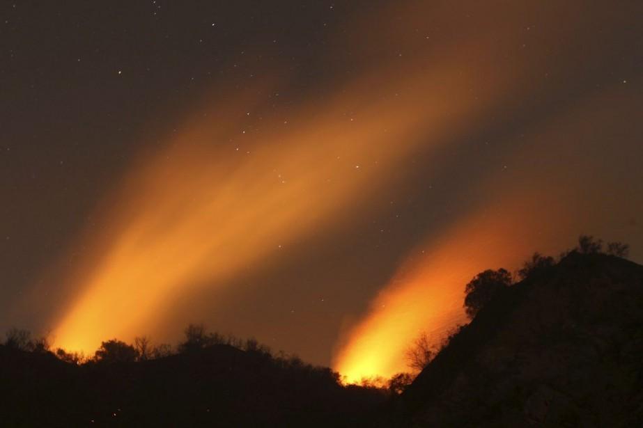 Le brasier s'est enflammé jeudi matin dans la... (PHOTO DAVID MCNEW, REUTERS)