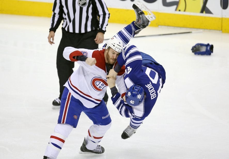 Brandon Prust, du Canadien, jette les gants devant Troy Bodie. (Photo Tom Szczerbowski, USA Today)