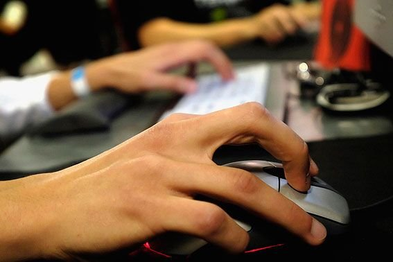 La prolifération des appareils mobiles procurent aux jeunes... (Photo Archives AP)