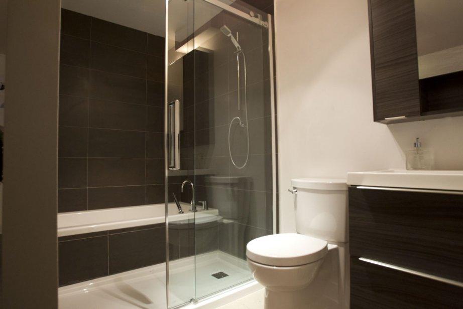 Dans les condos comportant deux chambres, la baignoire est séparée de la douche. (PHOTO OLIVIER JEAN, LA PRESSE)