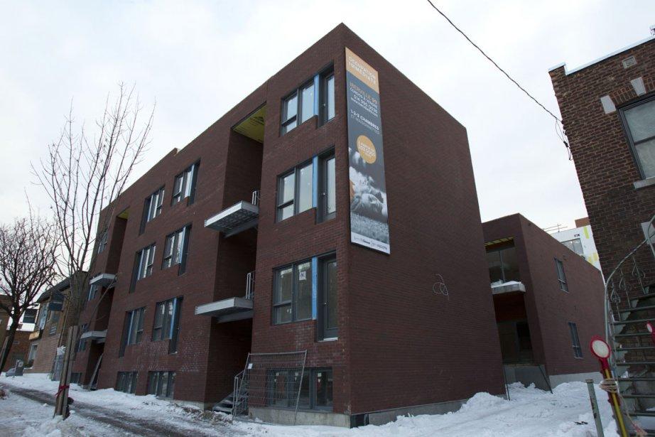 Même l'immeuble de trois étages hors sol comportant des maisonnettes, le long de l'avenue Louis-Hébert, est en acier et en béton. Une ruelle, qui sera verdie, le sépare des voisins. (PHOTO OLIVIER JEAN, LA PRESSE)
