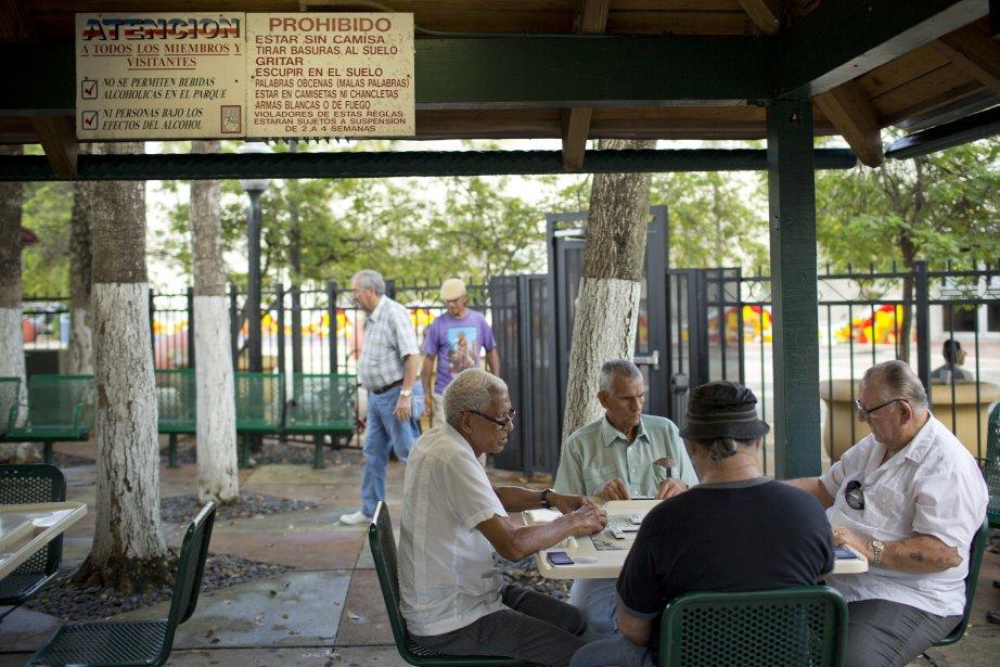 Une visite au parc Maximo Gomez, où tous les jours des Cubains jouent aux dominos et aux cartes, permet de se plonger sans tarder dans l'ambiance cubaine. (PHOTO DAVID BOILY, LA PRESSE)