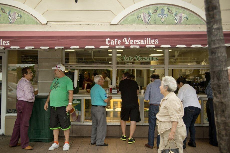 Le Cafe Versailles est un restaurant populaire qui sert de la cuisine cubaine. Les clients font la file pour commander des mets pour emporter. (PHOTO DAVID BOILY, LA PRESSE)