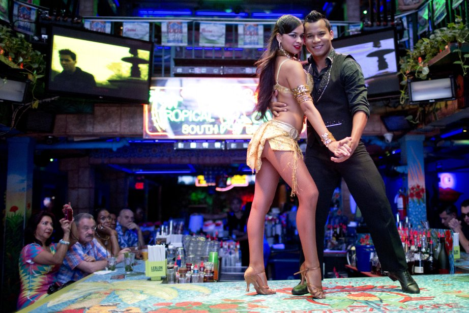 Le Mango's Tropical Café de South Beach est une institution à Miami. On y présente des spectacles de musique et de danse chaque soir, telle cette prestation typiquement cubaine. (PHOTO DAVID BOILY, LA PRESSE)