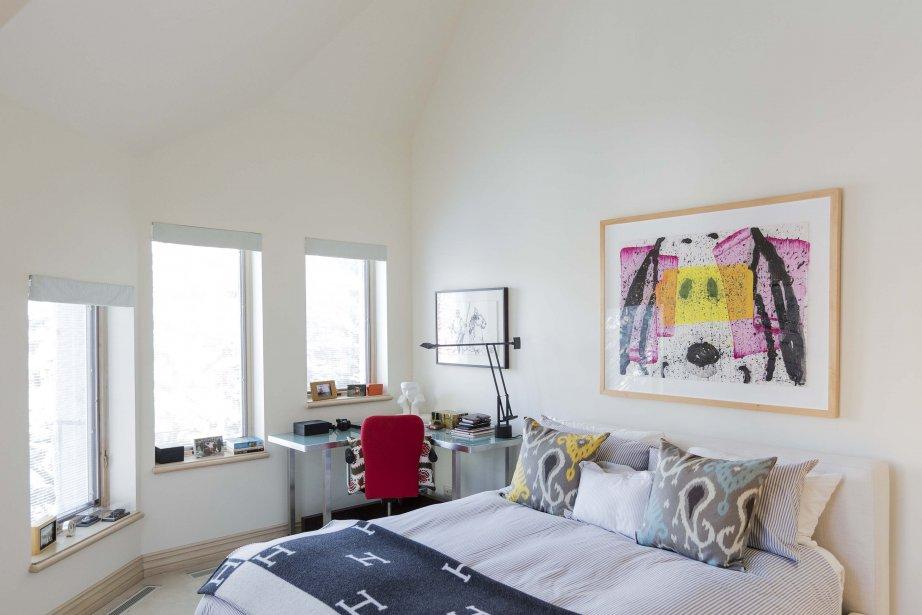 Dans cette chambre, comme dans plusieurs autres, les plafonds sont très élevés et ont la particularité d'épouser la forme du toit à pignons. (PHOTO EDOUARD PLANTE-FRÉCHETTE, LA PRESSE)