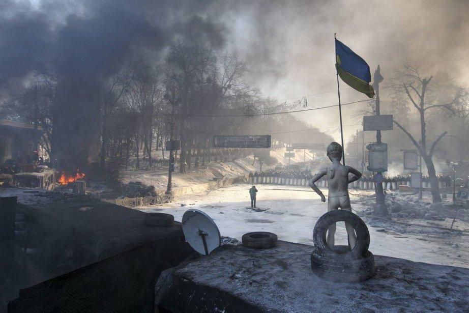 Un mannequin doté d'un drapeau national placé sur... (Photo Reuters)