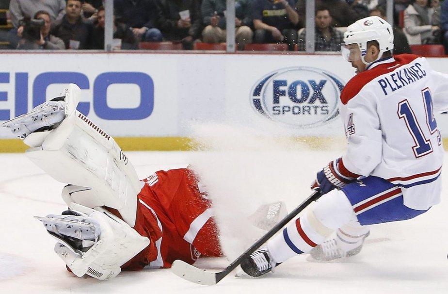 Jonas Gustavsson empêche Tomas Plekanec de parvenir à ses fins. (Photo AP)