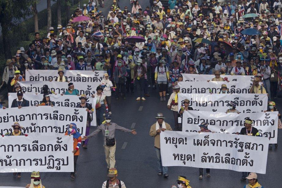 Des manifestants antigouvernementaux dans les rues de Bangkok,... (PHOTO PORNCHAI KITTIWONGSAKUL, AFP)