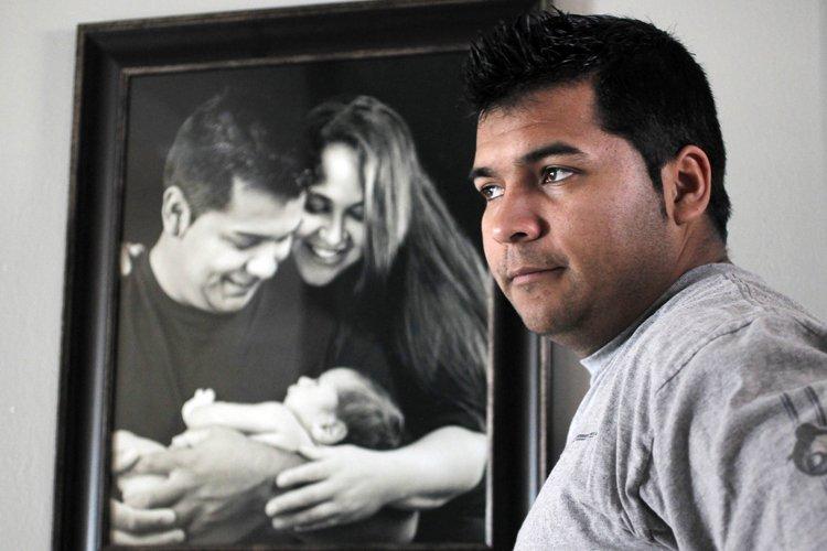 Erick Muñoz pose devant une photo de sa... (Photo: AP)