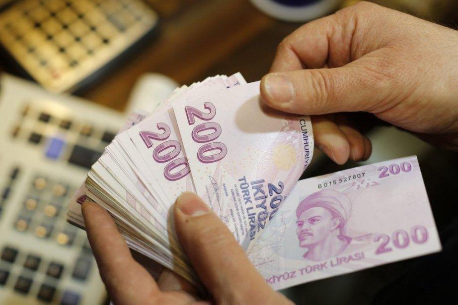 La livre turque atteint quotidiennement ses plus bas... (PHOTO MURAD SEZER, ARCHIVES REUTERS)