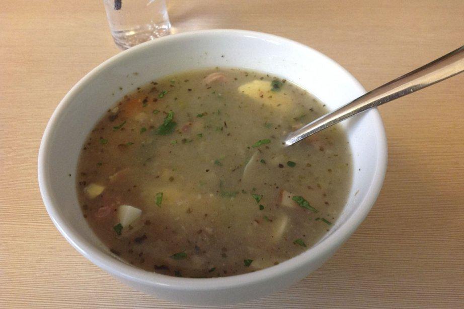 Soupe servie dans un ancien «bar à lait», réplique de l'époque communiste. (Photo Louis-Samuel Perron, La Presse)