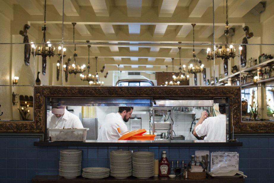 Échappée de vue sur les cuisines de la Taverne Square Dominion. (Photo Édouard Plante-Fréchette, La Presse)
