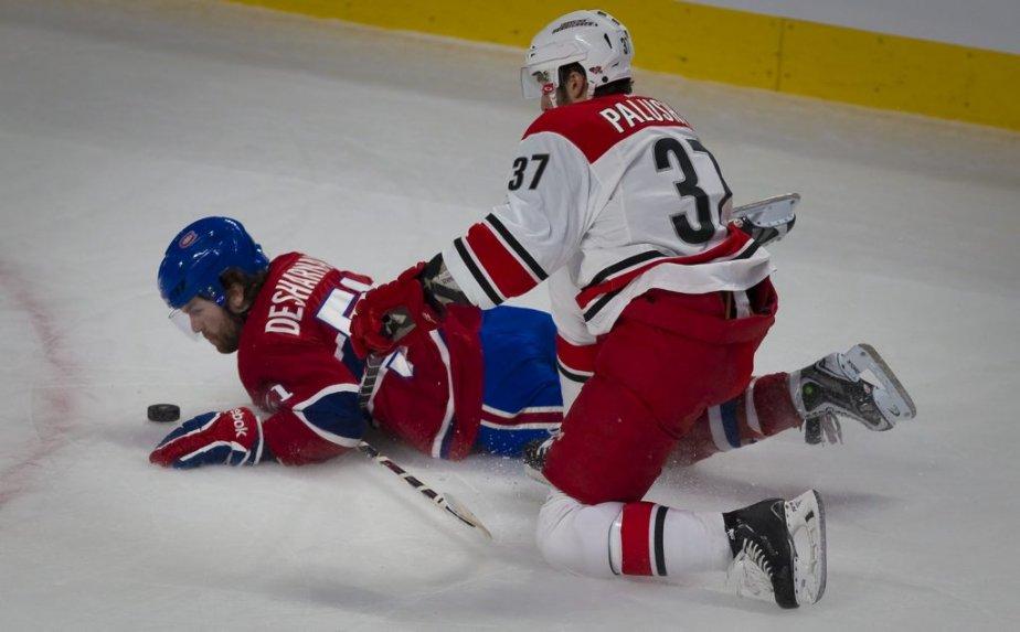 David Desharnais garde l'oeil sur la rondelle contre Aaron Palushaj , pendant la première période. (Photo André Pichette, La Presse)