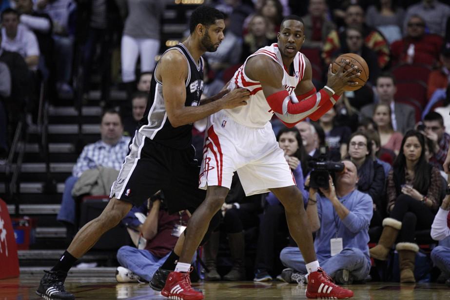 Tim Duncan, des Spurs de San Antonio, surveille... (Photo Andrew Richardson, archives USA Today)