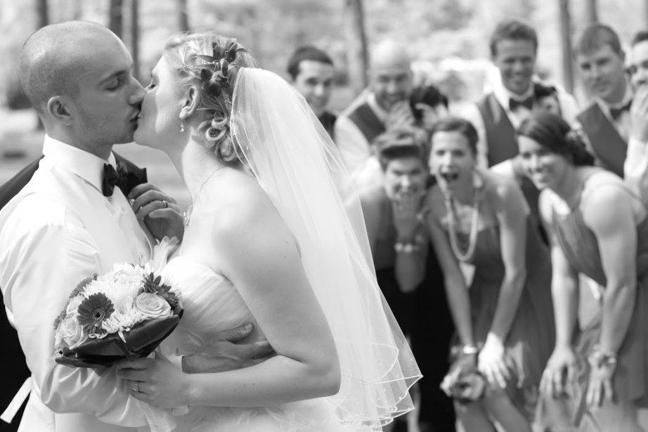 Tous les amis du couple ont participé au mariage, que ce soit pour la décoration, la musique, l'animation et même pour confectionner le gâteau des mariés. (Photo Pierre-Olivier Bousquet,fournie par les mariés)