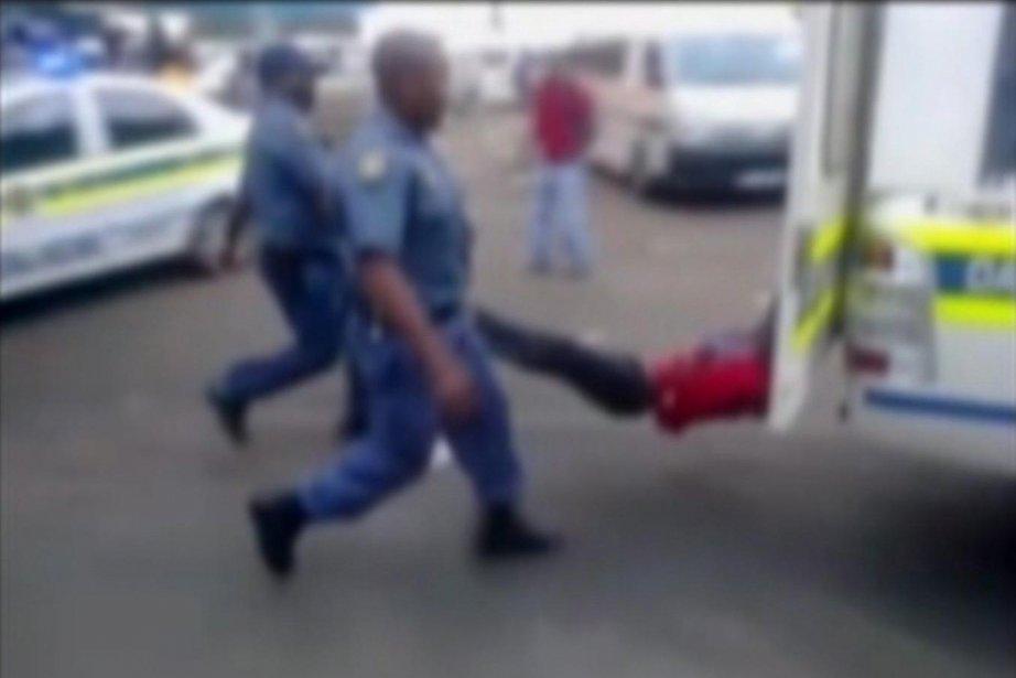 La police sud-africaine se rend régulièrement coupable de... (Photo Archives AP)