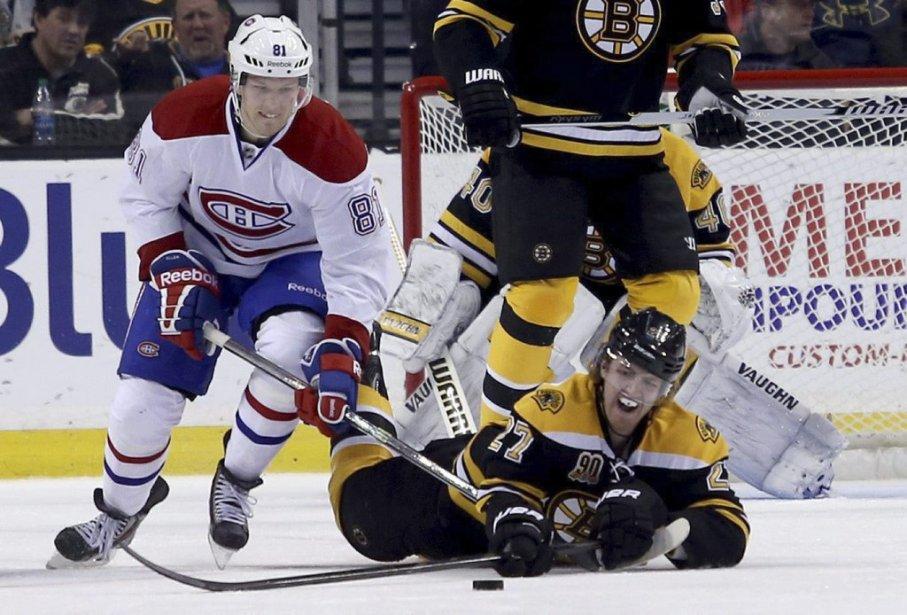 Dougie Hamilton plonge pour tenter de ravir la rondelle à Eller. (Photo AP)