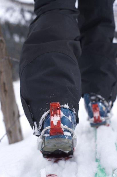 Grâce à une fixation qui laisse l'arrière du pied libre, le télémark permet de faire des virages plus fluides en fléchissant une jambe, puis l'autre, à chaque changement de direction. (Photo Digital Vision/Thinkstock)