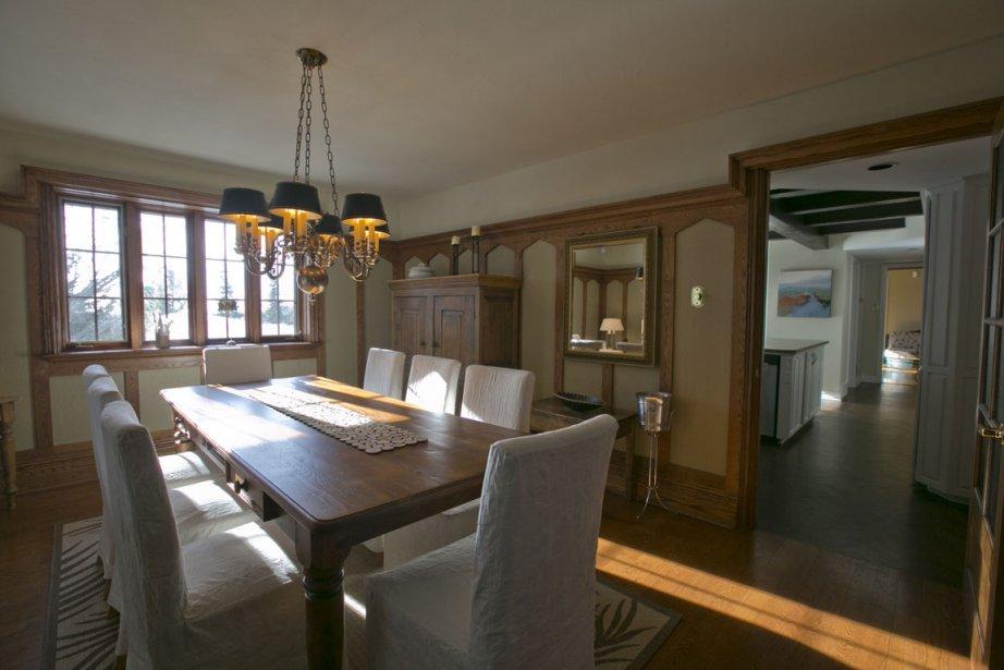 Bien que voisine du salon et de la cuisine, la salle à manger est une pièce fermée. À remarquer, les fenêtres en chêne à croisillons sont laissées à nu pour bénéficier d'un maximum de lumière et profiter du paysage enchanteur de ce village laurentien (Photo David Boily, La Presse)
