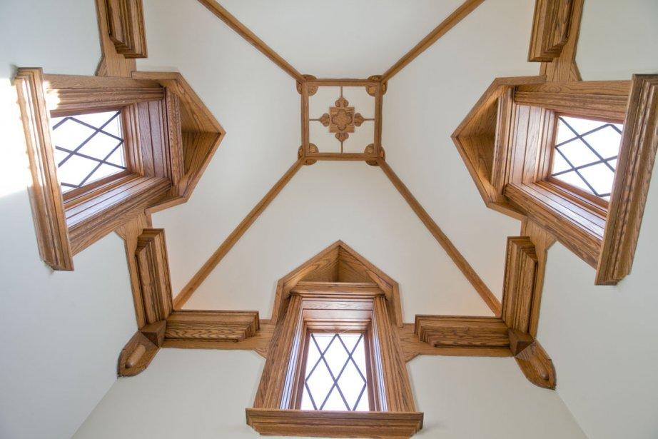 Cette tourelle ajoute un côté très spectaculaire à l'architecture de la maison. Et on n'a pas lésiné sur la qualité de réalisation: les détails de finition abondent. Vue de l'extérieur, cette partie est surmontée d'une girouette; à l'intérieur, elle couronne la cage d'escalier. (Photo David Boily, La Presse)