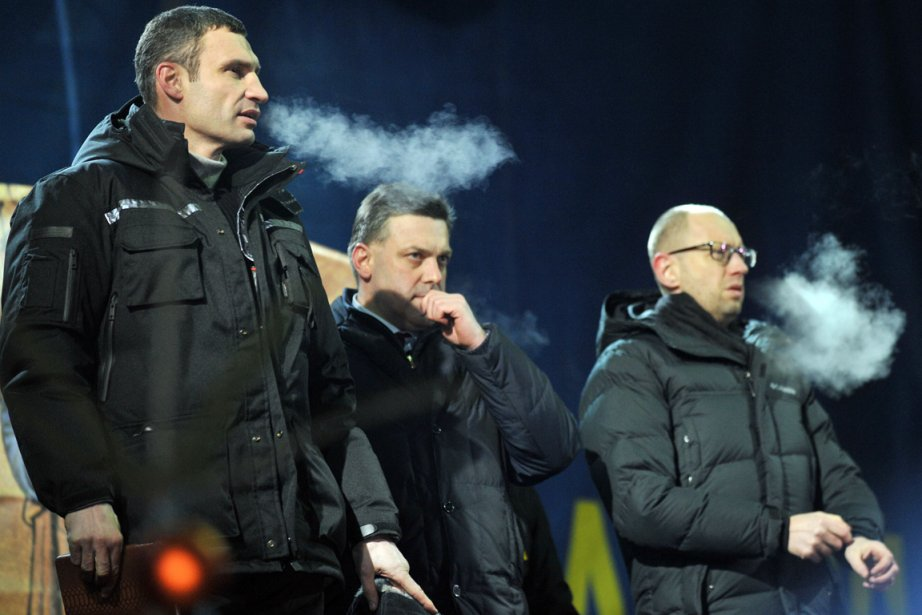 Vitali Klitschko, chef du parti Oudar, Oleg Tiagnibok,... (PHOTO GENYA SAVILOV, AFP)