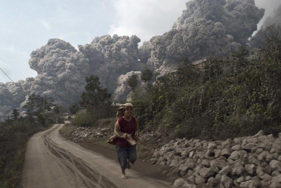 Le volcan du mont Sinabung s'est réveillé samedi... (Photo Reuters)